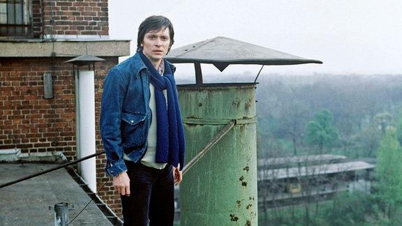Henry Hübchen (Ex-Medizinstudent Paulus) auf dem Dach des Hochhauses