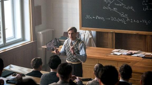 Leif Tronstad (Espen Klouman-Høiner), Chemieprofessor in Trondheim, ahnt, dass er bald vor den deutschen Besatzern fliehen muss.