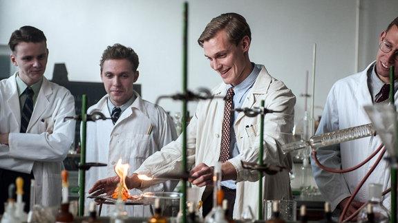 Tronstad (Espen Klouman-Høiner) im Labor.