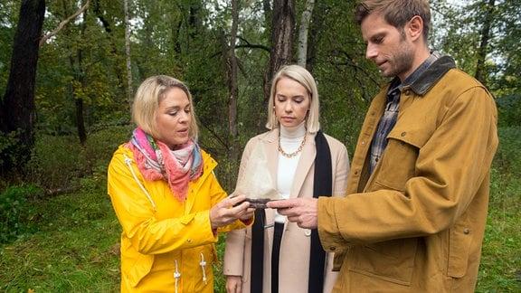 Britta (Jelena Mitschke, l.) ist gerührt, als Christian (Marlon Putzke, r.) und Amelie (Lara-Isabelle Rentinck, M.) doch noch an der Zeremonie für ihren Vater teilnehmen.