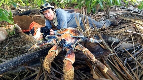 Kameramann Braydon Malony, am Boden kriechend, mit einer Krabbe