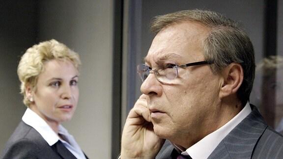 Hauptkommissar Schmücke (Jaecki Schwarz, rechts)telefoniert. Staatsanwältin Meissner (Katerina Jacob, links) ist angespannt.