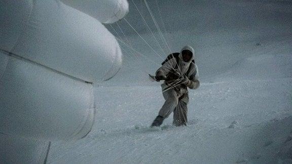 Landung mit dem Fallschirm in vereister Umgebung.