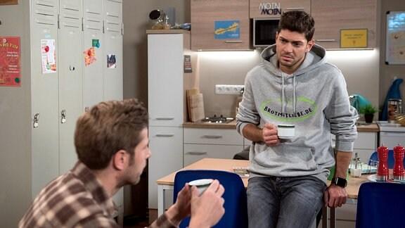 Cem (Varol Sahin, r.) erklärt Christian (Marlon Putzke, l.), dass er keinen Job mehr im Hotel annehmen will, weil sich die Mitarbeiter immer noch das Maul über ihn und Amelie zerreißen.