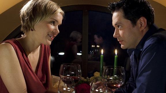 Philipp Brentano (Thomas Koch) und Carola Cleven (Anna Kubin) haben sich zu einem gemeinsamen romantischen Abendessen im Charlotto verabredet.