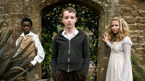 In der Vergangenheit trifft Tolly (Alex Etel) auf seine Vorfahrin Susan (Eliza Bennett) und den entflohenen Sklavenjungen Jacob (Kwayedza Kureya).
