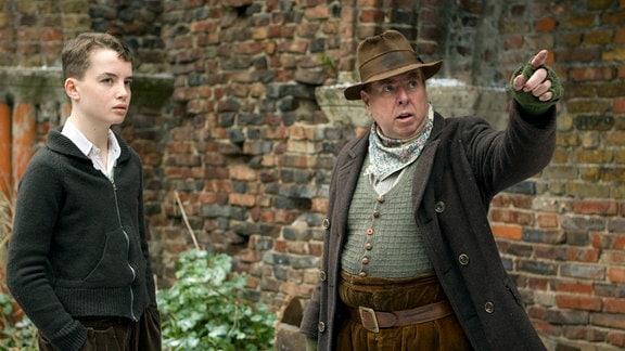 Der Gutsverwalter Boggis (Timothy Spall) zeigt Tolly (Alex Etel) das Anwesen der Großmutter.