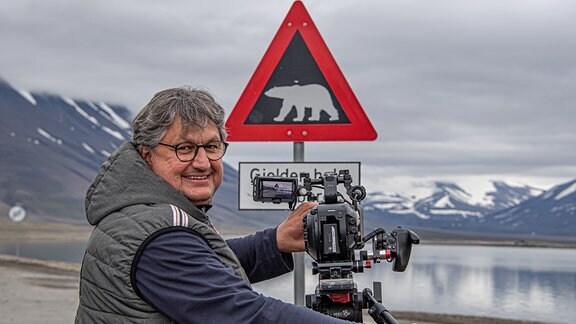 Thomas Junker im Reich der Eisbären – sie sind nicht nur auf Svalbard, sondern auch im hohen Norden Kanadas ständig Begleiter, vor denen man sich in Acht nehmen sollte.