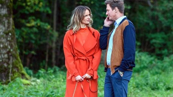 Jessica (Isabell Ege, links) steht neben Henry (Patrick Dollmann, r.),  der mit seinem Handy telefoniert.