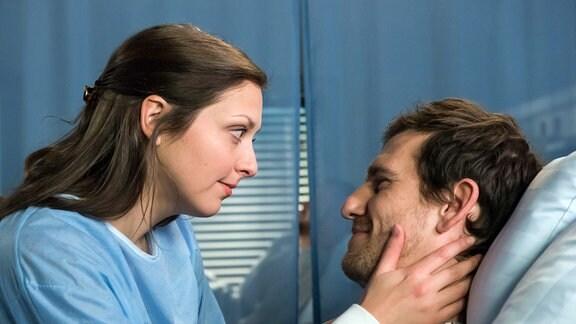 Fabian (Dennis Schigiol, r.) und Svenja (Mira Huber, l.) kümmern sich auf ihre Art umeinander.