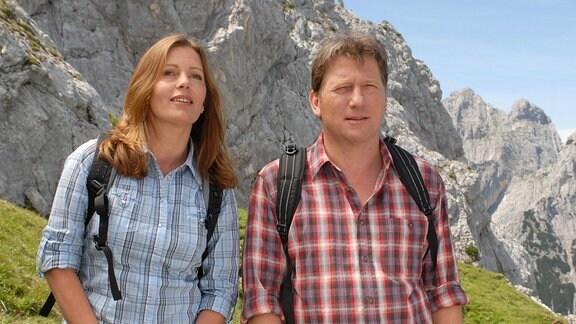Auf romantischer Bergtour: Juliane (Karin Thaler) und Philipp (Michael Fitz) vor Gipfeln der Alpen.