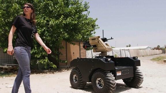 Waffenplattform PITBULL mit einem leichten Maschinengewehr in Aktion