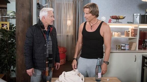 Ben (Hakim Michael Meziani, r.) gibt Thomas (Gerry Hungbauer, l.) die Schuld daran, dass er Tina plötzlich anziehend findet.