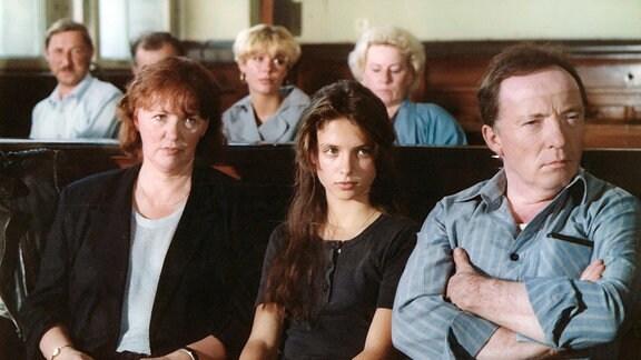 Barbara Behrends (Julia Brendler, Mitte vorn) Eltern (Heide Kipp, Peter Sodann) haben Georg Kalisch angezeigt und verfolgen das Verfahren im Gerichtssaal.