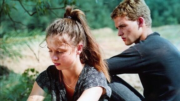 Barbara Behrend (Julia Brendler) und Georg Kalisch (Hans-Peter Dahm) sind Nachbarn und kennen sich schon von Kindheit an.