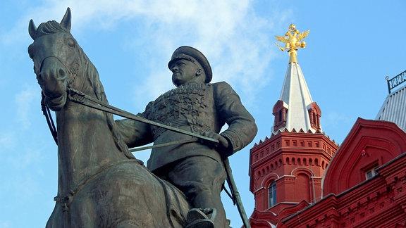 Der Rote Platz in Moskau: Denkmal Marschall Schukow-Denkmal vor dem Historischen Museum