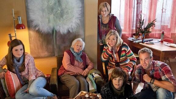 Jenny (Muriel Bielenberg, l.), Frau Basinski (Renate Delfs, 2. v. l.), Ellie Pietschek (Gesine Cukrowski, 3. v. l.), Johanna Welser (Jutta Speidel), Richy (Lasse Schiddrigkeit) und Marcel (Dominic Boeer, r.) verfolgen gespannt die Fernsehnachrichten.