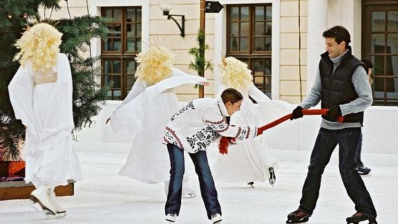 Julia Weihmann (Arzu Bazman) und Thomas Berner (Luca Zamperoni) auf der Eisbahn.