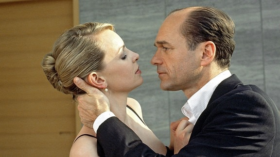 Klaus Mertens (Horst-Günter Marx, rechts)  bei seiner Kollegin Alexandra Hendricks (Simone Hanselmann, links)