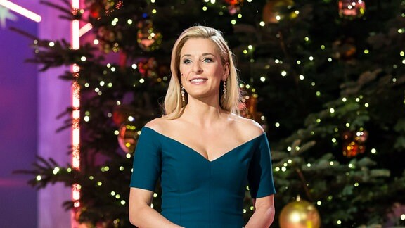 Stefanie Hertel vor einem großen Weihnachtsbaum