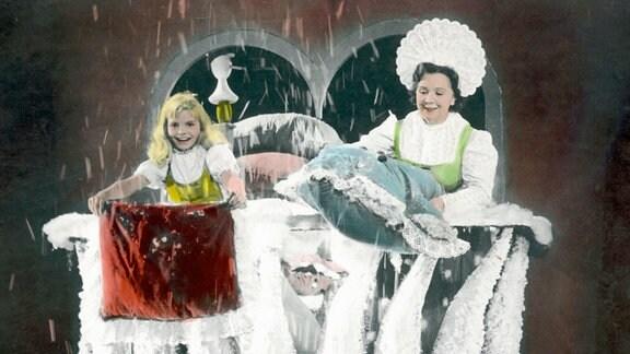 Die kleine Goldmarie (Madeleine Binsfeld, li.) fühlt sich im Zauberland bei Frau Holle (Lucie Englisch, links) sehr wohl.