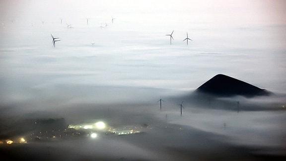 Blick auf den  Windpark StößenTeuchern  bei Nebel