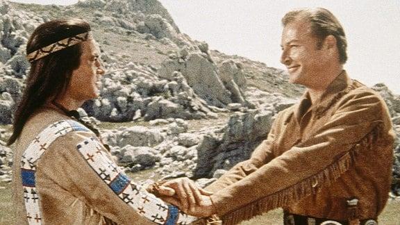 Unzertrenntlich: Die Blutsbrüder Winnetou (Pierre Brice) und Old Shatterhand (Lex Barker) jagen eine Verbrecherbande.