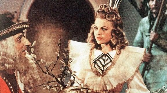 Ein singendes, klingendes Bäumchen verlangt Prinzessin Tausendschön (Christel Bodenstein) von ihrem Freier. Der junge Prinz gerät bei der Suche nach dem Wunderbäumchen in die Gewalt eines bösen Zwerges. Als Bär verzaubert entführt er Tausendschön aus ihrem Palast.