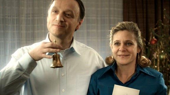 Vater Bernhard (Frank Voß) und Mutter Brigitte (Tina Eschmann) läuten zur Bescherung.