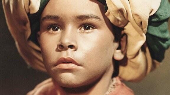 Der kleine Muck (Thomas Schmidt) ist traurig. Wo soll er bloß nach dem Tod seines Vaters hin?