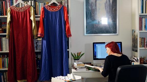 Sabine Ebert am Schreibtisch