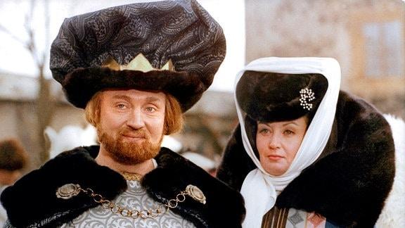 Hoher Besuch auf dem Gut von Aschenbrödels Vater: Der König (Rolf Hoppe) und die Königin (Karin Lesch) geben sich die Ehre.