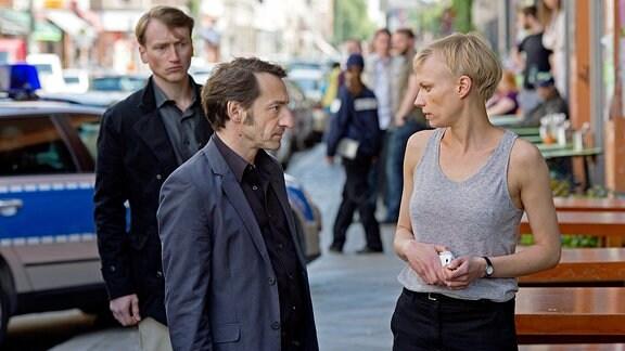 Nach dem SEK-Einsatz erkundigen sich Stark (Boris Aljinovic) und sein Kollege Malte (Christian Sengewald, li.) nach Trudes (Lise Risom Olsen) Befinden.