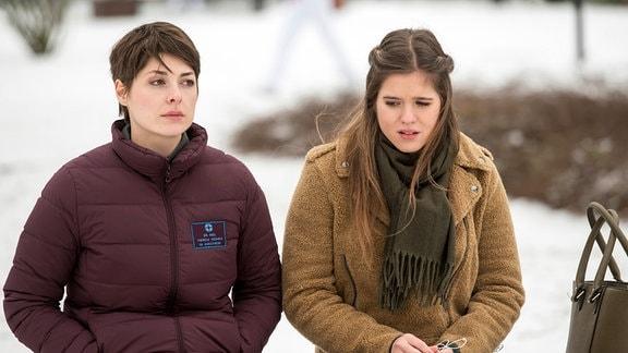 Alexa (Jamie Bick, r.) sucht bei ihrer Halbschwester Theresa (Katharina Nesytowa, l.) nach Antworten.