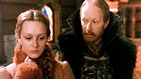 Der böse Fürst (Albert Filosow) versucht die Eisfee (Swetlana Orlowa) für sch zu gewinnen und zu überzeugen, mit ihm zu gehen.