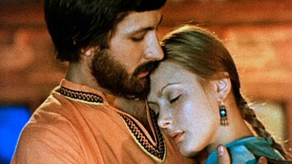 Der Töpfer Gridja (Andrej Gradow) und die Eisfee (Swetlana Orlowa) treffen im Haus der Großeltern aufeinander und verlieben sich ineinander.