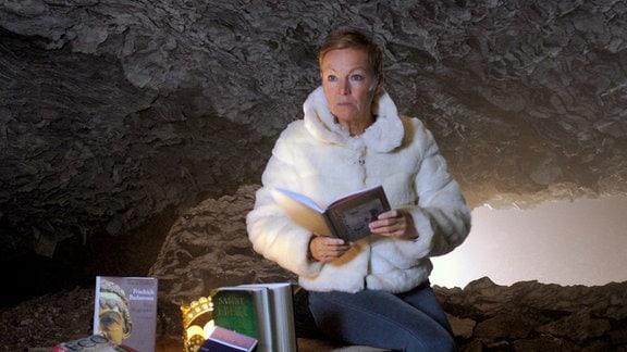 Janine auf Barbarossathron in der Höhle