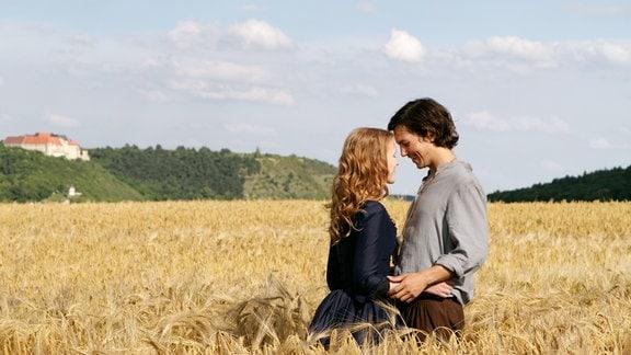 Michel (Tim Oliver Schultz) und Elisabeth (Isolda Dychauk) stehen sivh in einem Kornfeld gegenüber.