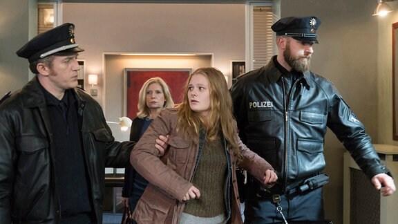 Gerd Wohlers (Josef Heynert, l.) und sein Kollege (Komparse, r.) verhaften Leonie (Gro Swantje Kohlhof, 2.v.r.), die Mandantin von Isa von Brede (Sabine Postel, im HG). Die Polizei geht davon aus, dass die junge Mutter ihr Baby getötet hat.