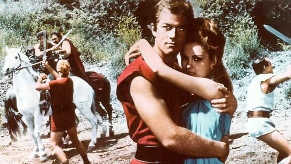 Valerius Rufus (Richard Harris) und seine Braut Lucilla (Paola Pitti) umarmen sich.