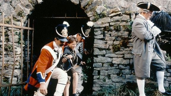 Die Lakaien des Prinzen greifen den elfjährigen Waisenjunge Tommi (Truan Munro) auf und bringen ihn ihn den königlichen Palast.
