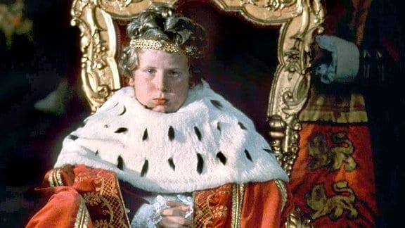 """Prinz Boris von Brattenburg (Nic Knight) wird wegen seines hochnäsigen und ungezogenen Benehmens überall nur der """"Flegel-Prinz"""" genannt."""