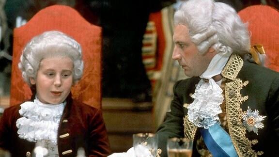 Der König von Brattenburg (Andrew Bicknell) blicktr seinen Sohn Prinz Boris (Nic Knight), ungehalten an.