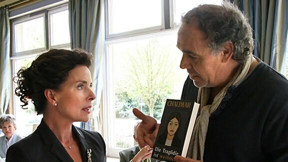 Arthur (Christian Kohlund) versucht, Hannah (Gudrun Landgrebe) für seinen Roman zu begeistern.
