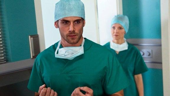 Dr. Ahrend (Roy Peter Link) ist wütend, weil seine ärztlichen Anordnungen rückgängig gemacht wurden.