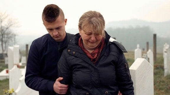"""""""Wenn ich hier abgeschoben werde, wenn die mich hier nicht wollen, wenn die versuchen, mein Leben kaputt zu machen, nicht nur meins, von meiner Mutti auch, wenn das so ist, o.k., dann bin ich kein Deutscher."""" Alle drei Monate müssen Haris und seine Mutter ihren Aufenthaltsstatus verlängern lassen, seit die Mutter vor 23 Jahren nach Deutschland geflohen ist. Je stärker der Frust über die unsichere Situation zunimmt, desto eher besinnt Haris sich auf seine bosnisch-montenegrinischen Wurzeln. Seine große Schwester hat eine unbefristete Aufenthaltserlaubnis und lebt ihm das Bild einer emanzipierten deutschen Frau vor. Weinen am Grab - Haris und Semsada"""