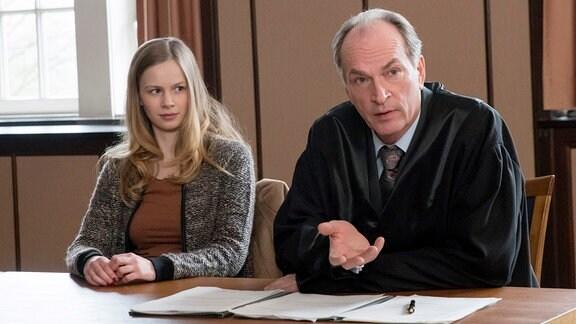Markus Gellert (Herbert Knaup, r.) vertritt die 15-jährige Milena Rönert (Emilia Bernsdorf, l.) vor Gericht - sie will, dass ihrer Mutter das Sorgerecht entzogen wird.