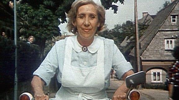 """Schwester Agnes (Agnes Kraus)auf ihrer """"Schwalbe""""."""