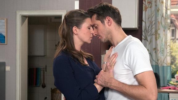 Alex (Philipp Oliver Baumgarten, r.) geht auf Judiths (Katrin Ingendoh, l.) Avancen ein.