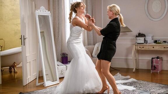 Hochzeit: Annabelle (Jenny Löffler, r.) und Jessica (Isabell Ege, l.) geraten in einen heftigen Streit.
